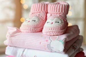 赤ちゃんには服や絵本、おもちゃなどがおすすめ